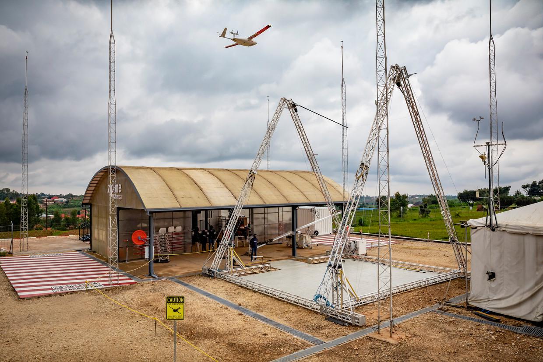 Een drone van de firma Zipline dropt een bestelling die een kwartier eerder is geplaatst.  Beeld Sven Torfinn
