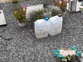Groendienst verwijdert bidons op begraafplaats