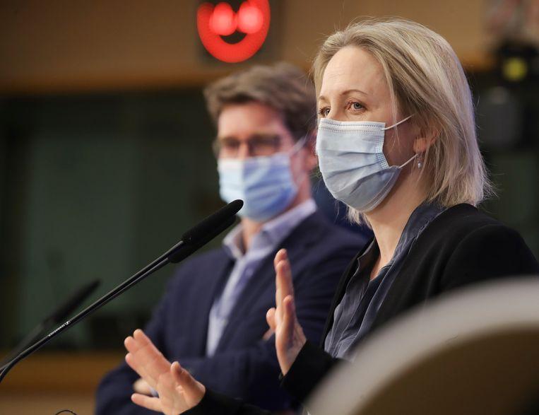 De Zweedse Europarlementariër Jytte Guteland (voorgrond) en haar Franse collega Pascal Canfin, beiden nauw betrokken bij de onderhandelingen over de EU-klimaatwet, gaven woensdagochtend een persconferentie over het bereikte akkoord.  Beeld EPA