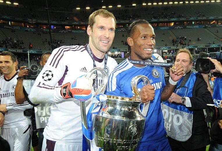 Petr Cech met Didier Drogba, na het veroveren van de Champions League-trofee in 2012.