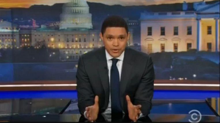 Trevor Noah valt in zijn 'The Daily Show' van de ene verbazing in de andere.  Beeld Comedy Central