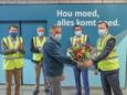 Jos Cuypers krijgt bloemen van de burgemeester van Peer Steven Matheï.