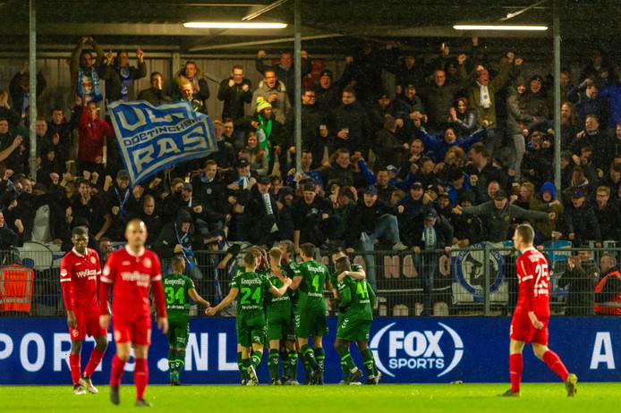 De spelers van De Graafschap vieren de openingstreffer tegen Almere City FC met de meegereisde supporters.