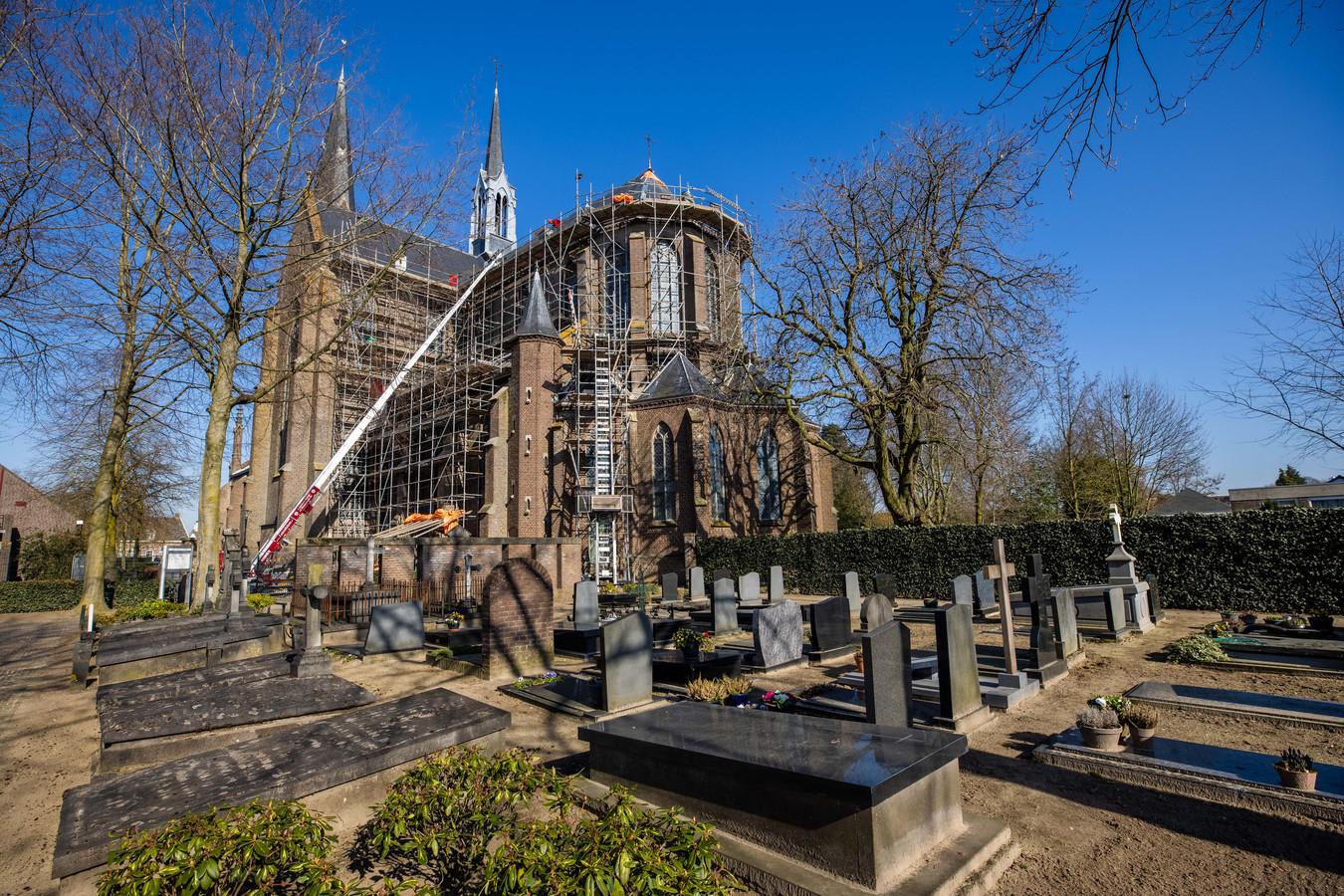 De leien delen van het dak van de St. Jan Geboortekerk in Vlijmen worden vervangen, de kerk staat in de steigers.