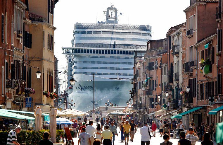 Toen de maatregelen vorige zomer even grotendeels opgeheven waren, stroomde Venetië weer als vanouds vol met toeristen.  Beeld REUTERS