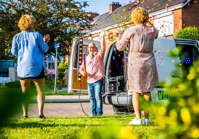 DJ René van Dalen uit 's-Gravendeel was het duimen draaien zat en bedacht iets nieuws: vanuit zijn bestelbus zorgt hij bij geslaagden voor een feestje voor de deur.