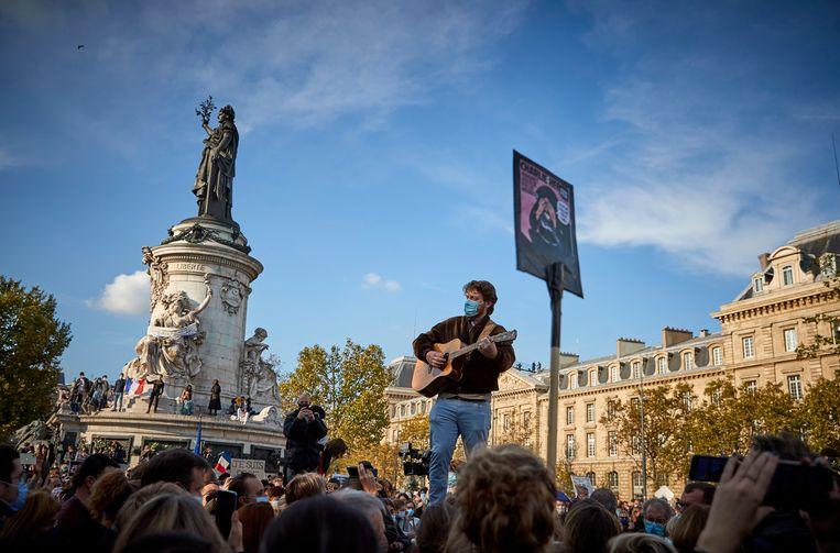 Demonstratie op de Place de la Répubique in Parijs, na de moord op leraar Samuel Paty. Beeld Getty Images