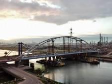 Megaoperatie afgerond: tijdelijke Suurhoffbrug ligt op zijn plek