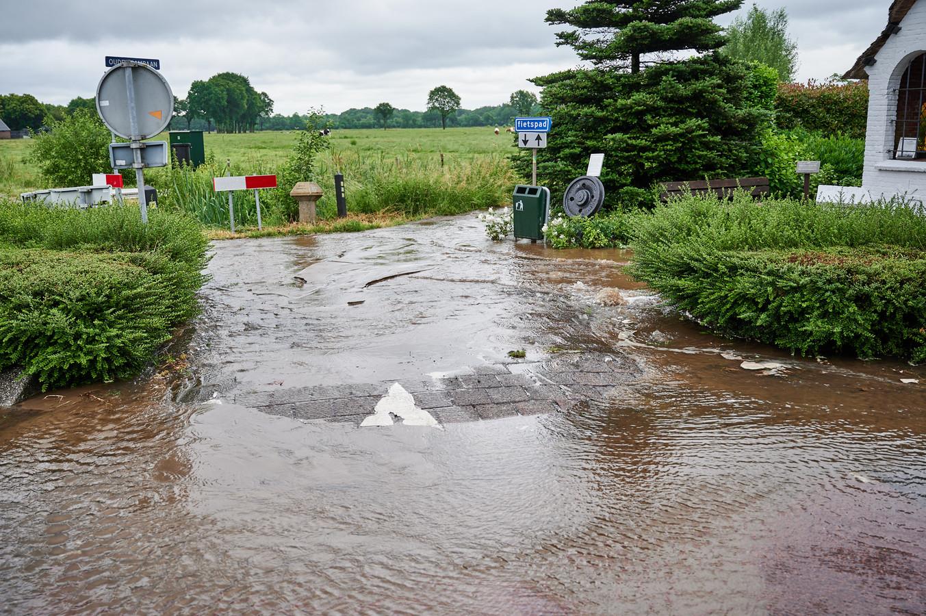 Het kruispunt en nabijgelegen fietspad onder water