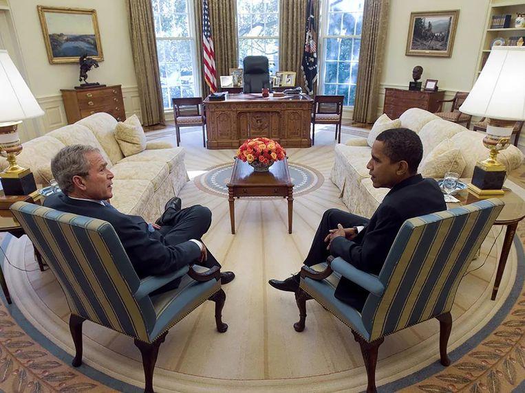 President-elect Barack Obama en president George W. Bush in het Oval Office.  Beeld Eric Draper/het Witte Huis