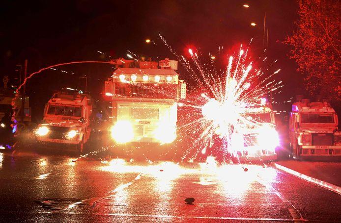 Vuurwerk ontploft op de politiewagens.