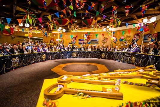 De volle raadzaal met de wachtende gemeentesleutels.