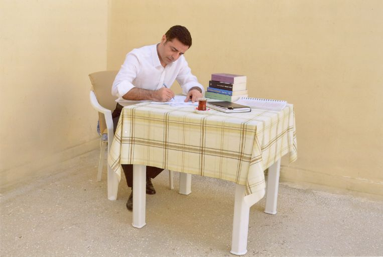 Selahattin Demirtas, leider van de Koerdisch gezinde oppositiepartij HDP, schrijft een brief vanuit de gevangenis. Beeld AP