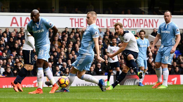 Harry Kane trapt de openingsgoal overhoeks binnen. Tottenham maakte snel het verschil tegen Stoke.