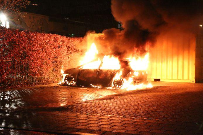 Auto brandt volledig uit op parkeerterrein Fransstraat Voorburg.