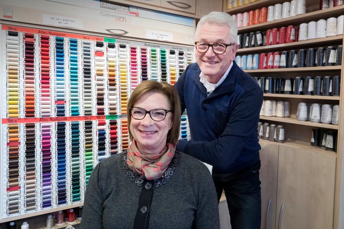 Peter en Trudy Coolen. Nog tot eind april is hun winkel open.