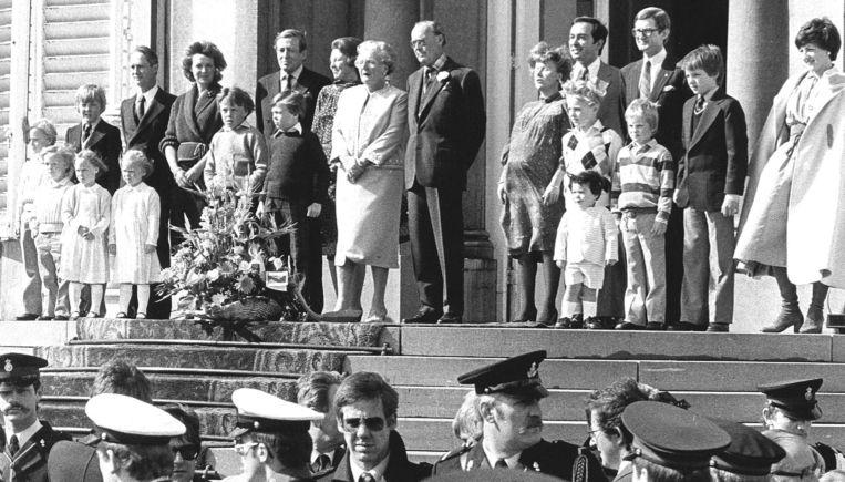 De voltallige Koninklijke familie omringde Koningin Juliana op het Bordes van Paleis Soestdijk, terwijl het tradionele bloemendefile aan hen voorbij trok. Beeld ANP