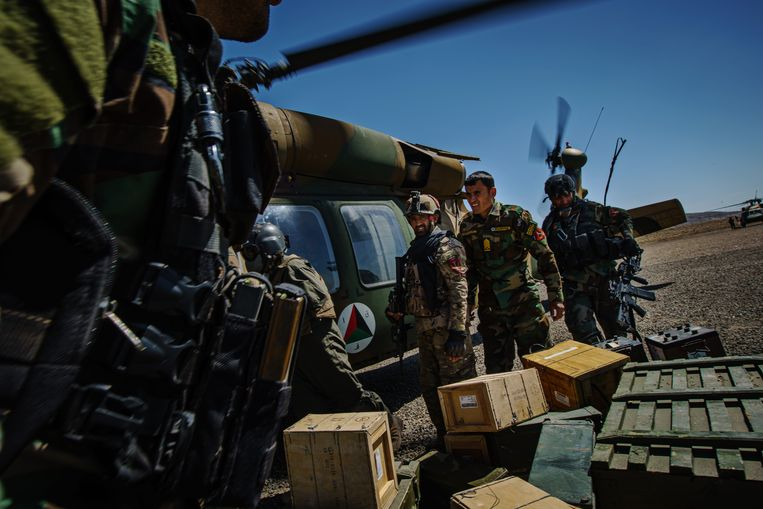 Afghaanse commando's bevoorraden een post van het regeringsleger in de provincie Ghazni . Beeld Los Angeles Times via Getty Imag