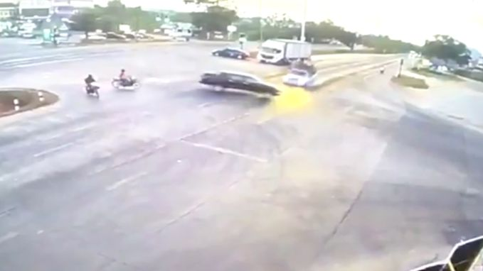 Het schokkende moment waarop vrachtwagen botst en 18 kinderen op de weg tuimelen