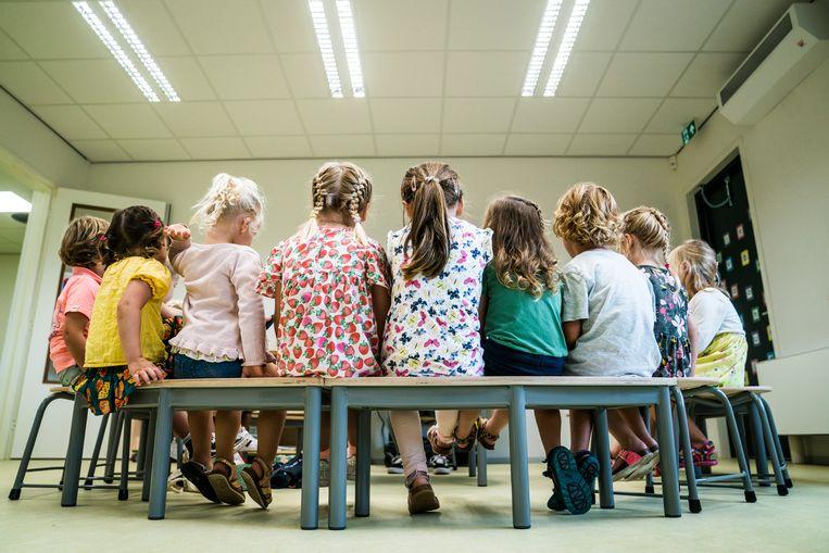 Leerlingen van basisschool Groenewei in Groningen op de eerste dag van het nieuwe schooljaar, twee weken geleden. In honderden scholen moesten klassen naar huis gestuurd worden omdat een kind positief op corona had getest.  Beeld Hollandse Hoogte /  ANP