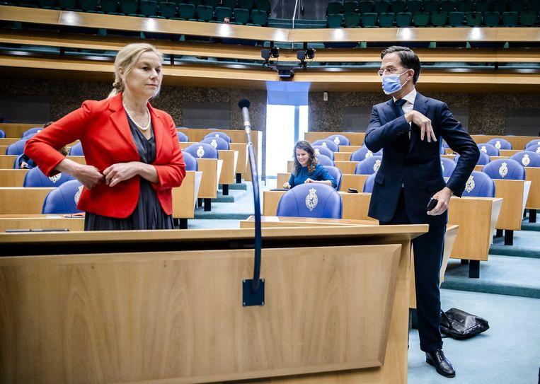 Sigrid Kaag (D66) staat naast Mark Rutte (VVD) voorafgaand aan het debat in de Tweede Kamer over het eindverslag van de informateur.  Beeld ANP