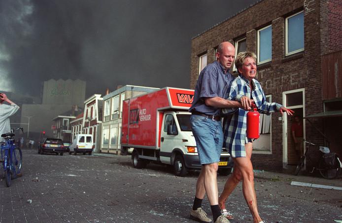 Ontredderde bewoners vluchten weg na de vuurwerkramp, op 13 mei 2000 in Enschede. Er vielen 23 doden, onder wie vier brandweermannen,  en ongeveer 950 mensen raakten gewond. In de wijk Roombeek werden 200 woningen geheel verwoest.
