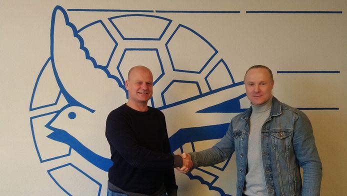 Michel van de Venn is de nieuwe hoofdtrainer van De Zwaluw. Links voorzitter Bas van den Boom.