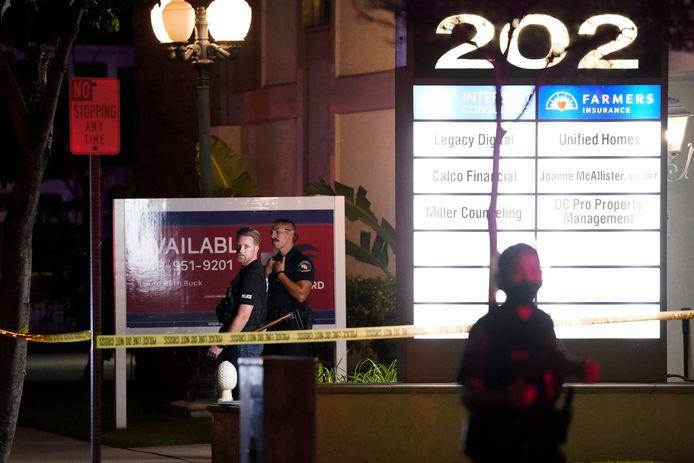 Politieagenten bij het gebouw waar de schietpartij plaatsvond.