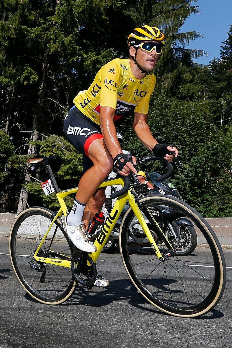 Greg Van Avermaet houdt stand tussen de klimmers, op weg naar Le Grand-Bornand. 'Hij is fysiek en mentaal top.' Beeld Photo News