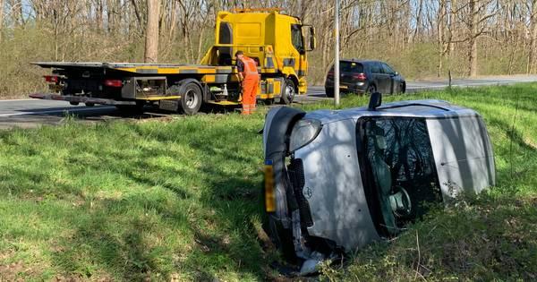 Auto belandt zijwaarts in greppel na ongeval op A59 bij Den Bosch.