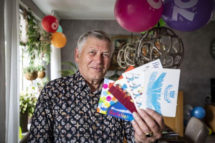 Bennie Eertman toont een handvol verjaardagskaarten die hij jaarlijks, voorzien van een 'eigen verhaaltje' bij alle leden van muziekvereniging Excelsior in de bus gooit.  'In coronatijd zorgt het voor verbinding in de vereniging. Het wordt door iedereen gewaardeerd.'