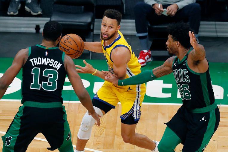 Tristan Thompson (13) en Marcus Smart van Boston Celtics verdedigen op Curry. Beeld AP