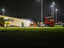 Vrachtwagenchauffeur zit met de brokken na verlies trailer vol dierenvoer: deel knooppunt Beekbergen dicht