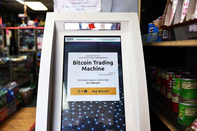 Een bitcoin-geldautomaat in New York.  Beeld AFP