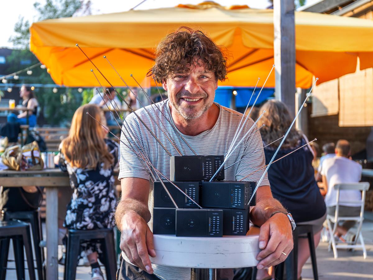 Sidney Rubens, eigenaar van Roost Aan de Singel, heeft transistorradiootjes gekocht om de wedstrijd Nederland -Oostenrijk op het terras live via de radio te kunnen volgen.