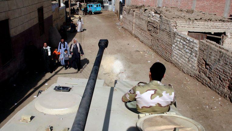 Het leger patrouilleert in de straten van Dalga, in de provincie Minya tijdens het constitutionele referendum in januari. Beeld AP