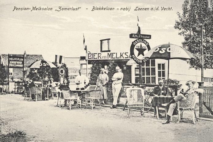 Terras bij pension en melksalon Zomerlust in Loenen aan de Vecht. Een van de fraaie beelden in het boek 'Thuis heb ik nog een ansichtkaart'. Hier werd overigens ook bier geschonken.
