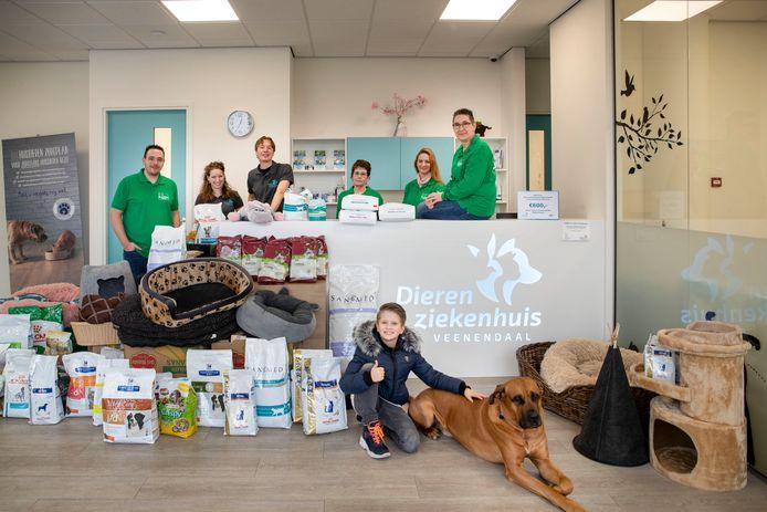 Anco van Mourik - naast hond Otis - bij de hoeveelheid spullen die opgehaald zijn voor de dierenvoedselbank in Wageningen. De jonge Veenendaler ging zelf veel supermarkten en winkels af om in te zamelen.
