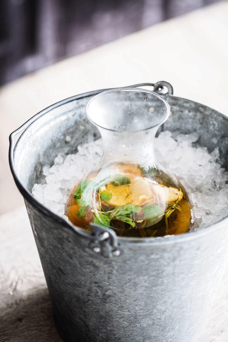 Dat een frisse cocktail niet altijd alcohol hoeft te bevatten, bewijst deze ijsthee van sommelier Joachim Boudens voor het voormalig driesterrenrestaurant Hertog Jan.  Beeld Piet De Kersgieter