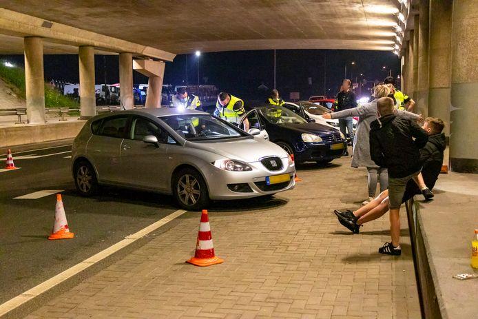 Tot diep in de nacht controleerde de politie voertuigen en fouilleerde de inzittenden.