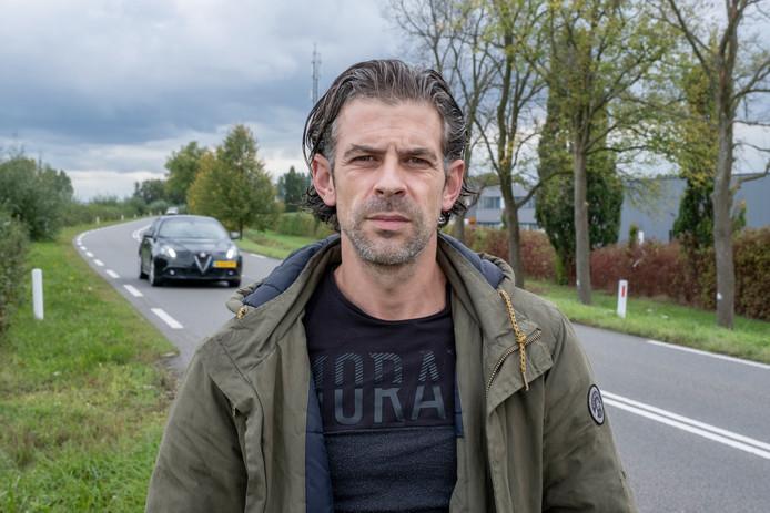 Tommy van Rumund bij de bocht waar hij in Oud-Vossemeer een ongeluk heeft gehad.