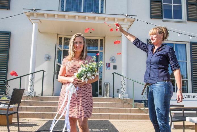 Petra Jorna gaat trouwen in de Sniep, maar moet alle voorbereidingen zonder haar partner Pascal doen omdat hij in België woont. Inge van der Burg verzacht de pijn met rozenblaadjes.