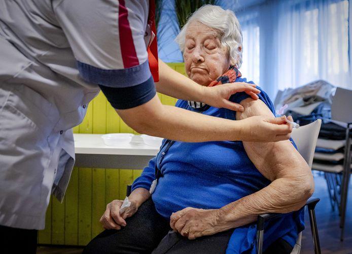 Een bewoonster van een woonzorgcentrum wordt gevaccineerd met het Pfizer-vaccin.