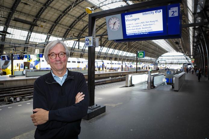 Ger Poppelaars hier op op het Centraal Station in Amsterdam: ,,Zorg dat het monumentale station in Roosendaal weer een stationsrestauratie met een sterrenkok krijgt.''