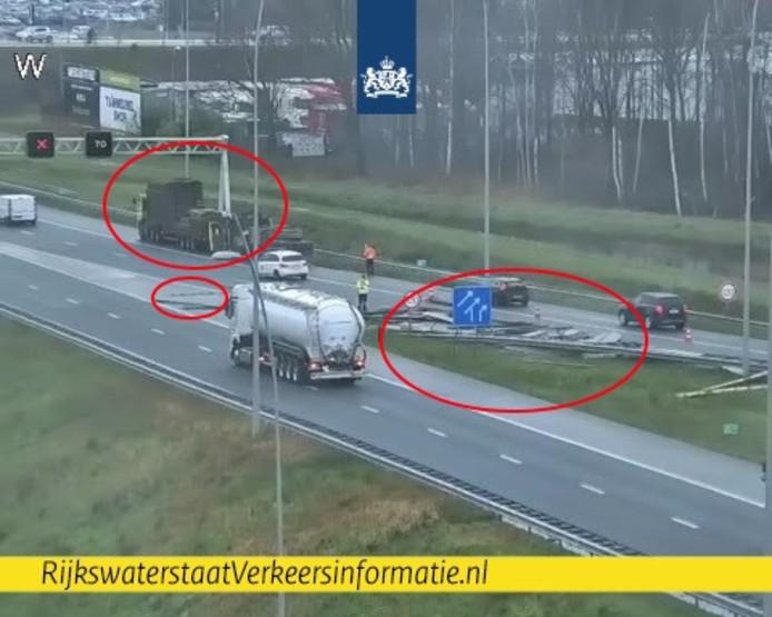 Op de verbindingsweg van de A2 vanuit Eindhoven naar de A67 richting Antwerpen is donderdagmiddag rond 16.30 uur een vrachtwagen zijn lading verloren