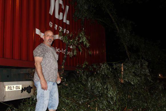 Mario Ay bij zijn vrachtwagen, met de boom ernaast.