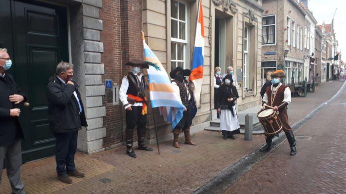 Leden van de stichting Noordpoort voor deur van het Brielse stadhuis waar ze zich uitspraken tegen de komst van een 'houten skelet' op de plek van het 1 aprilmonument. Tweede van links burgemeester Rensen.