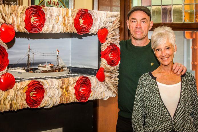 Marleen Claeys en Bart Jacobs bij een maquette van het vergane schip.