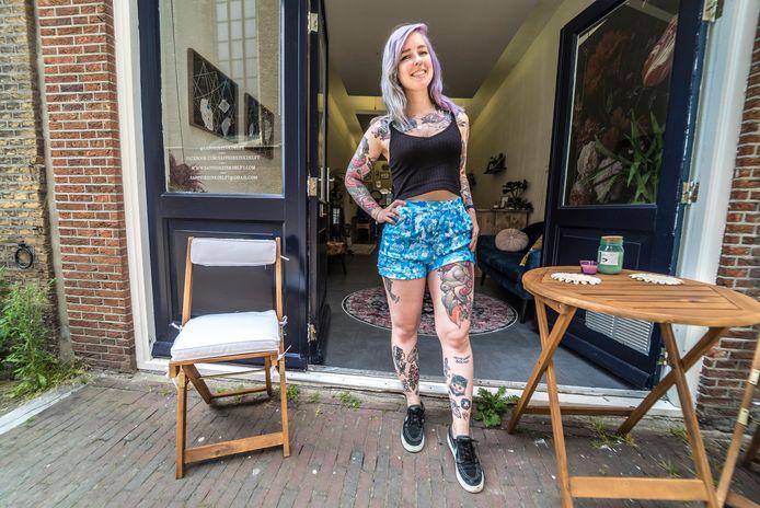 Pernille Overkamp met haar tattoo van een paard op haar been voor haar opa. En met haar plek op haar been waar Delfts blauwe tegel-art moet komen.