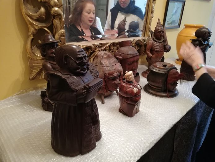 De tabakspotten zijn van hout of keramiek.